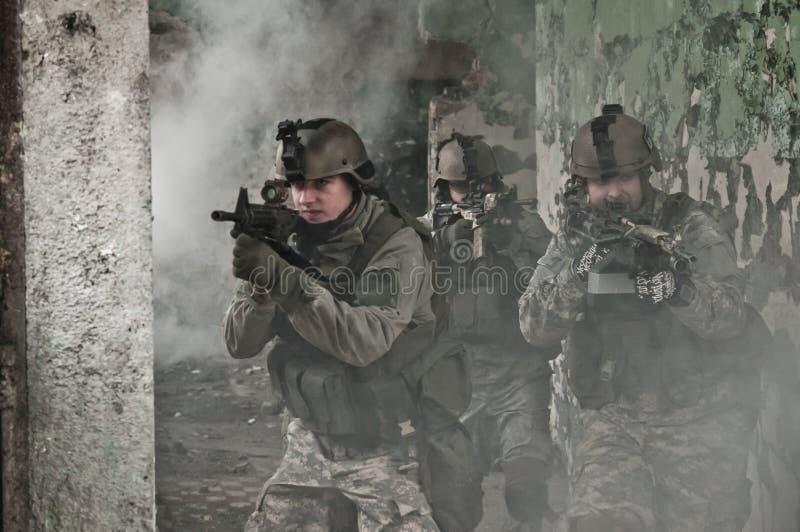 Jonge militairen op patrouille in rook royalty-vrije stock afbeelding