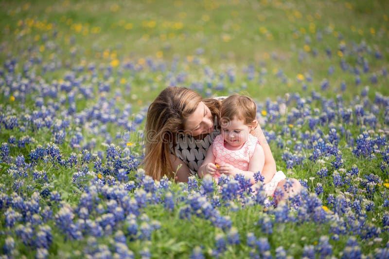 Jonge Millennial Moeder met Daughte stock foto's
