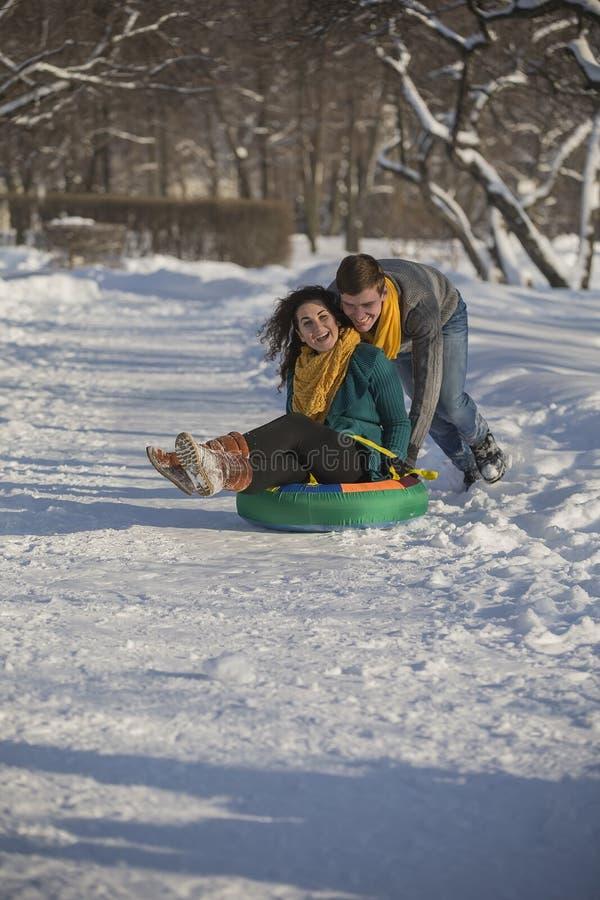 Jonge minnaars die pret in de winterkleren hebben in het Park Elegant w stock foto's