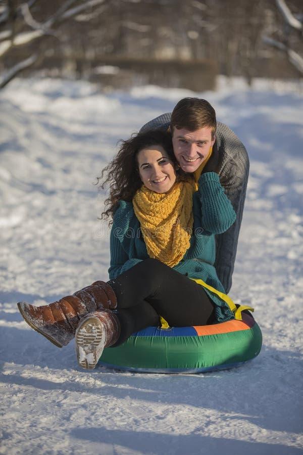 Jonge minnaars die pret in de winterkleren hebben in het Park Elegant w royalty-vrije stock afbeeldingen