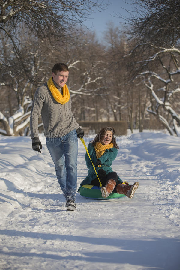 Jonge minnaars die pret in de winterkleren hebben in het Park Elegant w stock afbeeldingen