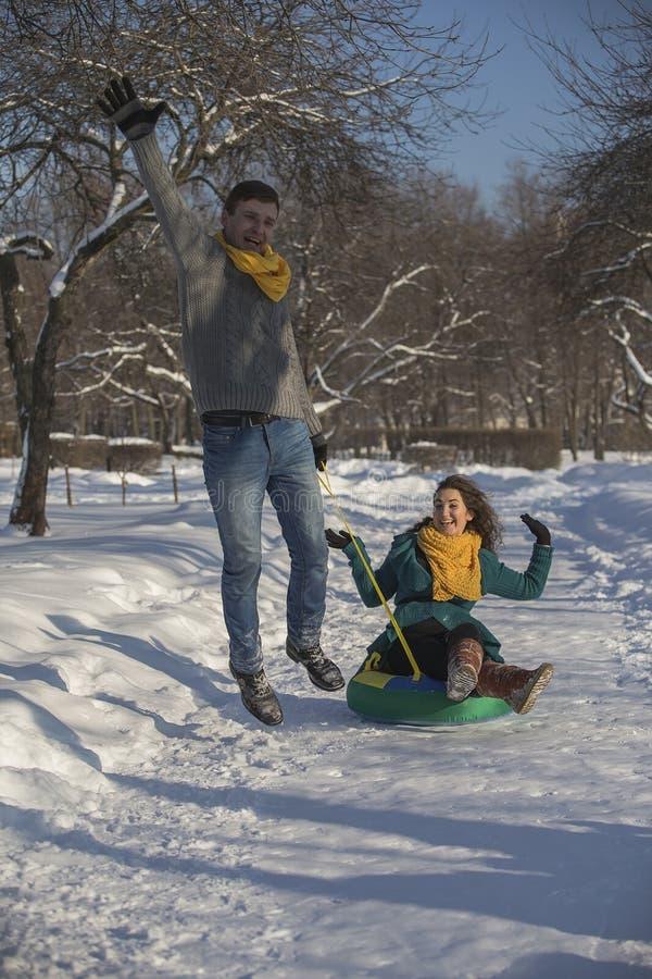 Jonge minnaars die pret in de winterkleren hebben in het Park Elegant w royalty-vrije stock fotografie