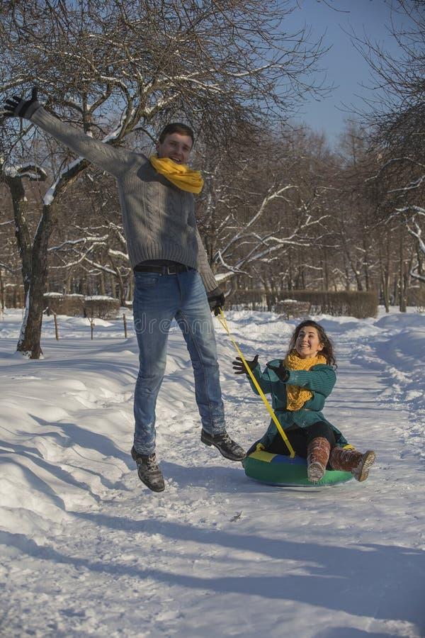 Jonge minnaars die pret in de winterkleren hebben in het Park Elegant w royalty-vrije stock foto