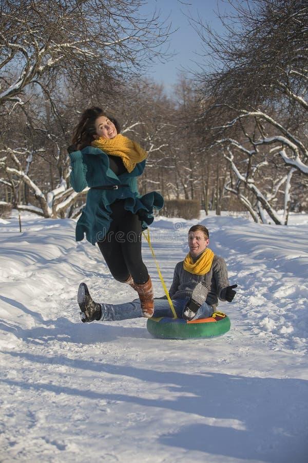 Jonge minnaars die pret in de winterkleren hebben in het Park Elegant w stock fotografie
