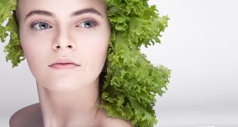 Jonge modelkapselsalade Een gezonde voeding, de sleutel aan het verliezen van gewicht, veelzijdig dieet vegetariër royalty-vrije stock foto's
