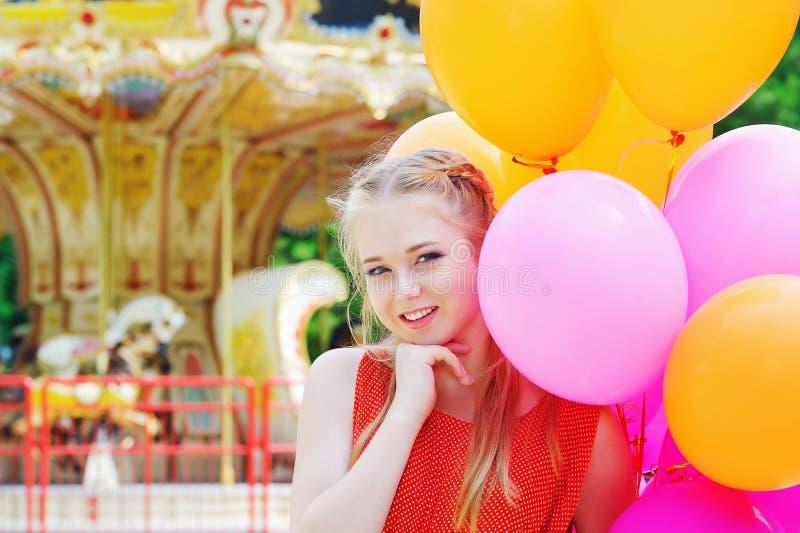Jonge modelvrouw die met kleurrijke ballons glimlachen royalty-vrije stock fotografie