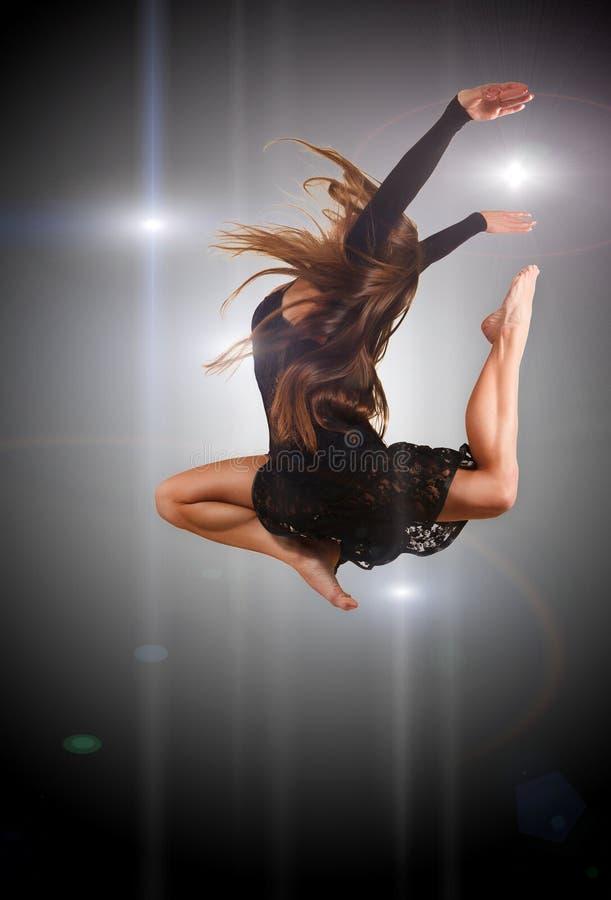 Jonge moderne stijldanser die in studio springt royalty-vrije stock afbeeldingen
