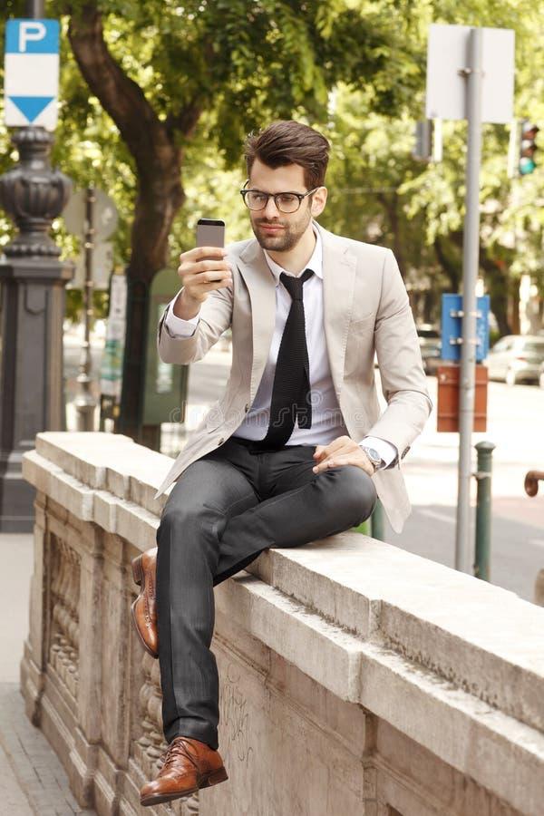 Jonge moderne zakenman die selfie maken stock fotografie