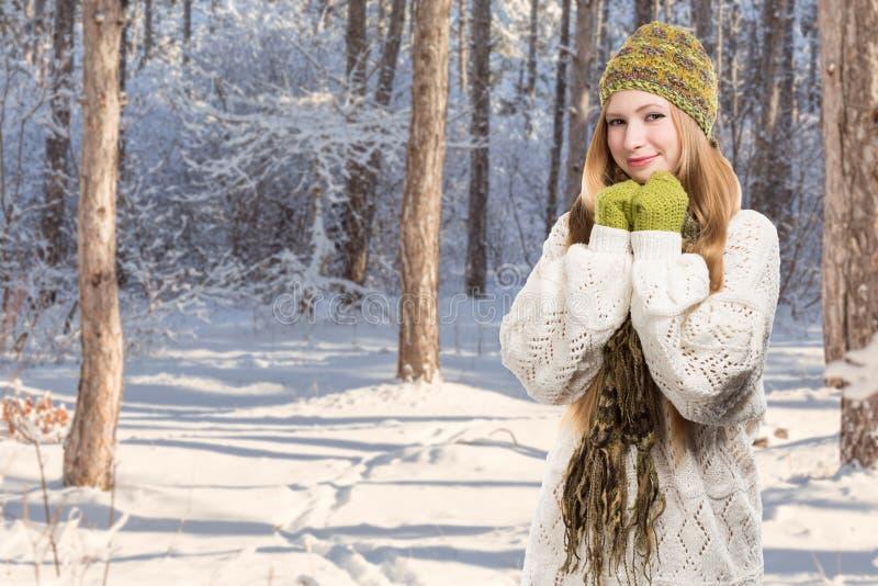 Jonge modieuze glimlachende blondevrouw in geschakeerde gebreid melange royalty-vrije stock fotografie