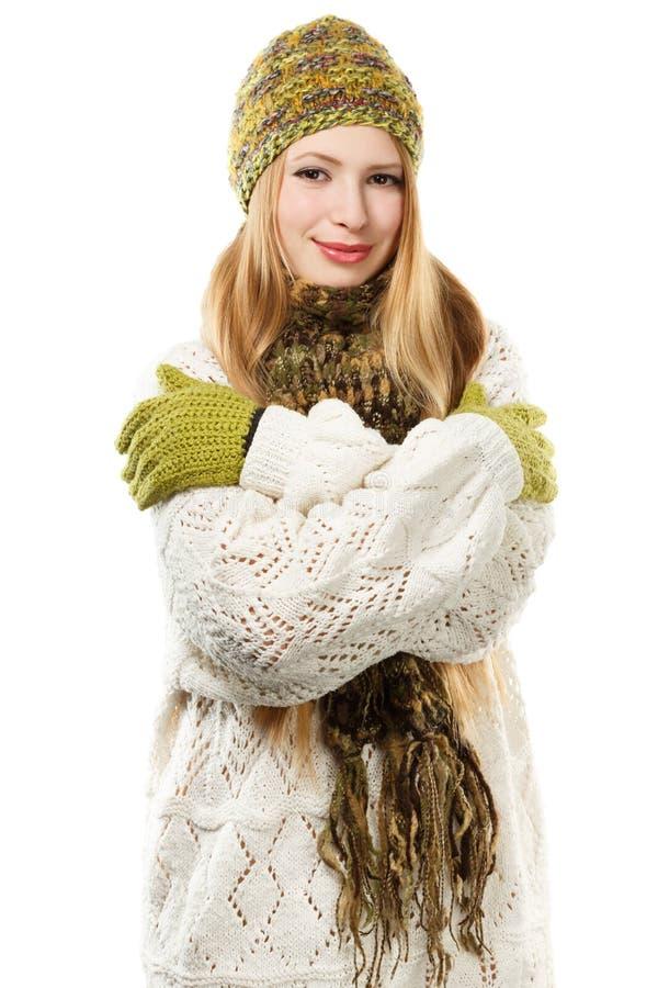 Jonge modieuze glimlachende blondevrouw in geschakeerde gebreid melange royalty-vrije stock afbeelding