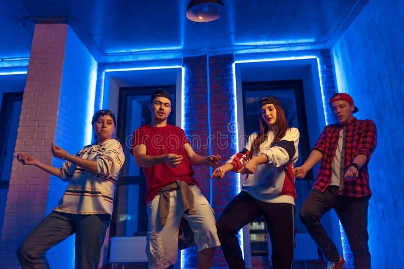 Jonge modieuze groepspraktijk die in de straat dansen royalty-vrije stock foto