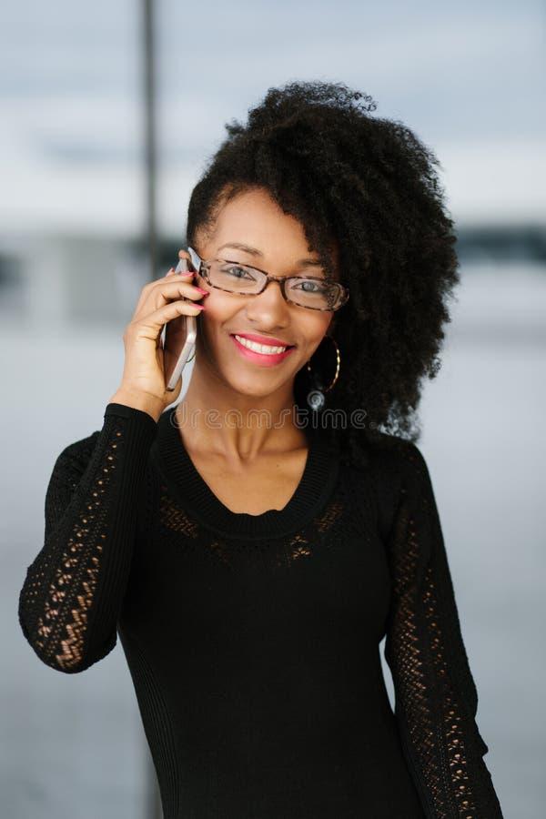 Jonge modieuze onderneemster die cellphone gebruiken royalty-vrije stock foto's
