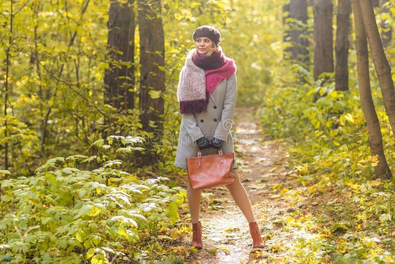 Jonge modieuze vrouw die in de herfstpark lopen royalty-vrije stock foto's