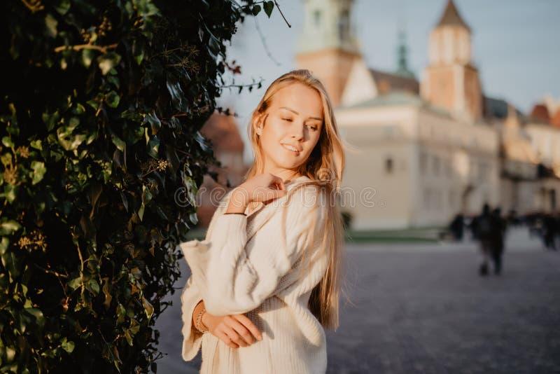 Jonge modieuze vrouw in een stadsstraat op zonlicht royalty-vrije stock afbeelding