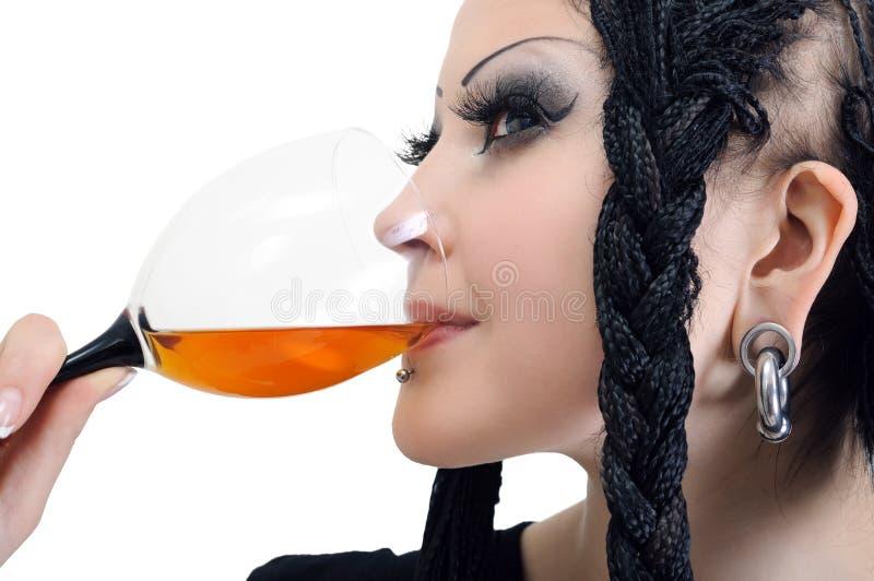 Jonge modieuze vrouw met dreadlocks, het drinken wijn stock foto
