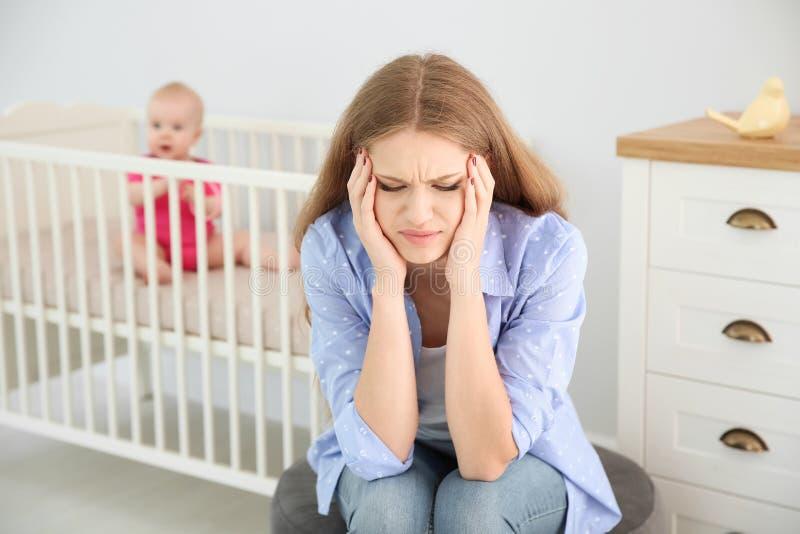 Jonge moeder die aan postnatale depressie lijden royalty-vrije stock fotografie