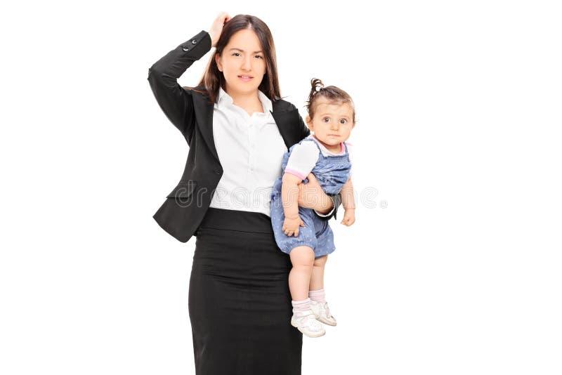 Jonge moeder die haar babydochter houden royalty-vrije stock foto's