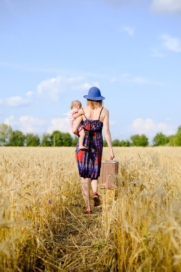 Jonge moeder die met haar kind op hand reizen royalty-vrije stock afbeelding