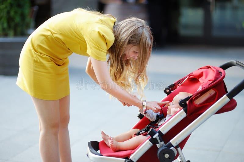 Jonge moeder die met haar weinig baby spelen stock afbeeldingen