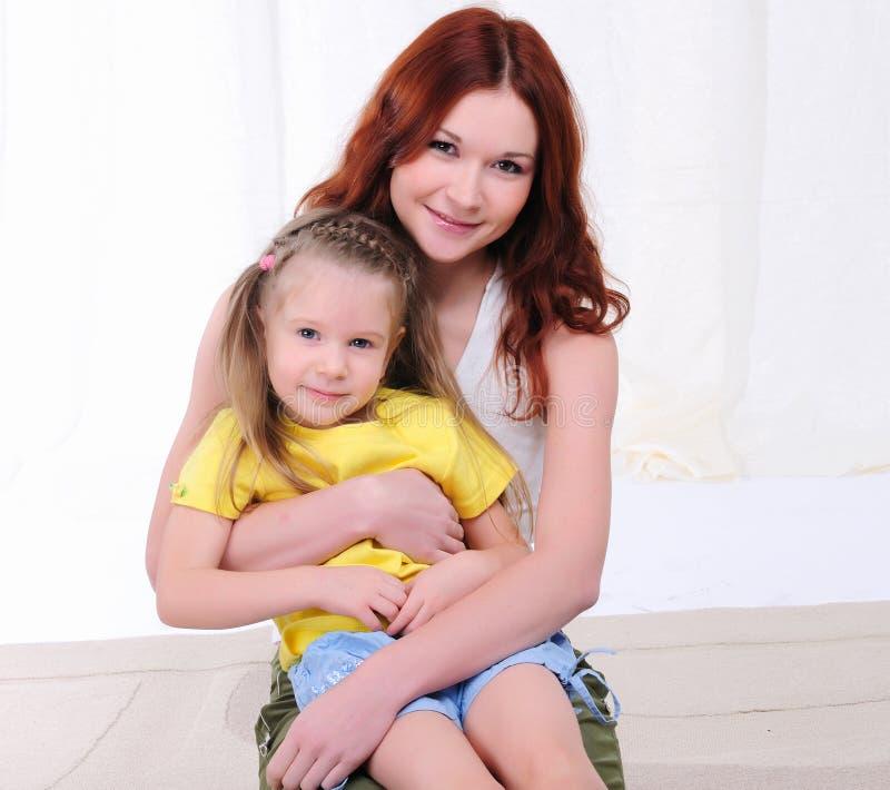 Jonge moeder en dochter royalty-vrije stock foto's