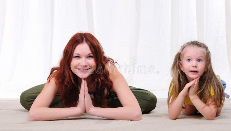 Jonge moeder en dochter royalty-vrije stock afbeelding