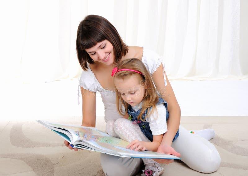 Jonge moeder en haar dochter royalty-vrije stock afbeeldingen