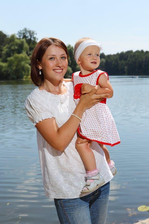 Jonge moeder en haar dochter stock afbeeldingen