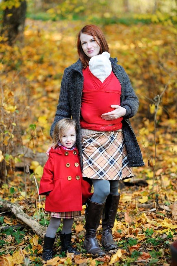 Jonge moeder en haar kinderen bij de herfst royalty-vrije stock foto's
