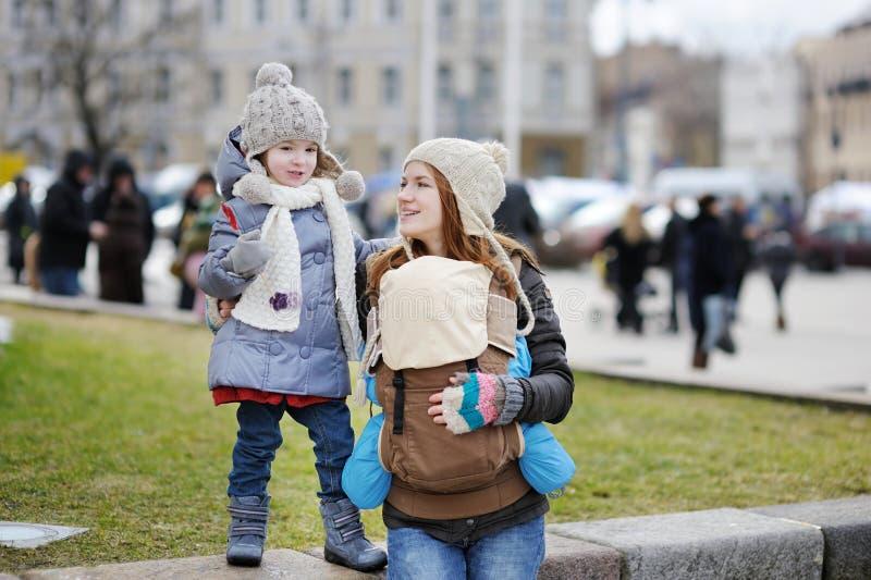 Jonge moeder en haar twee kinderen royalty-vrije stock foto's