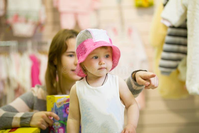 Download Jonge Moeder En Haar Weinig Dochter In De Hoed Tijdens Het Winkelen Stock Afbeelding - Afbeelding bestaande uit moeder, dochter: 114226239