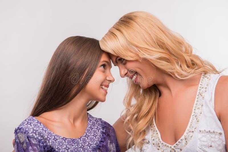 Jonge moeder en tienerdochter stock afbeelding