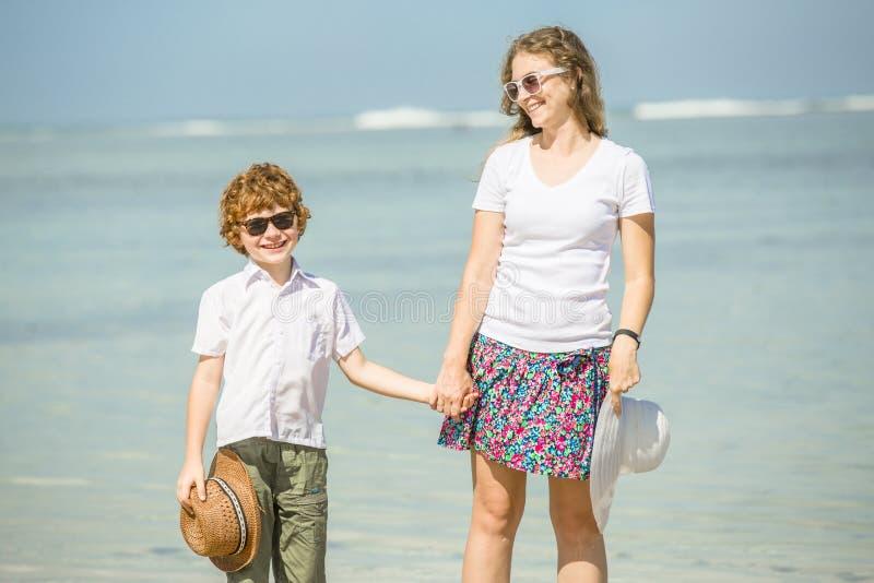 Jonge moeder en zoon die pret op het strand hebben royalty-vrije stock foto's