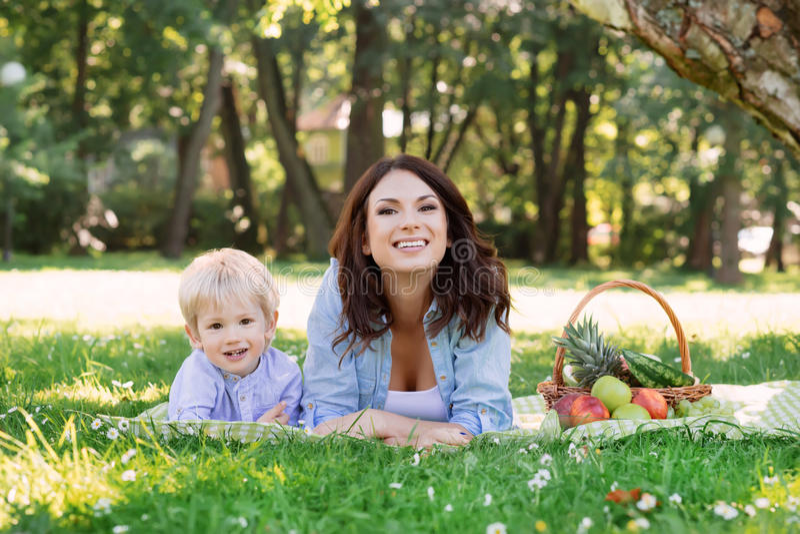 Jonge moeder het besteden tijd met haar zoon in het park stock afbeeldingen
