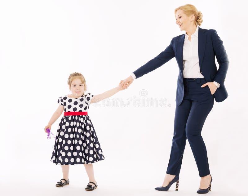 Jonge moeder met de handen van weinig dochterholding royalty-vrije stock foto