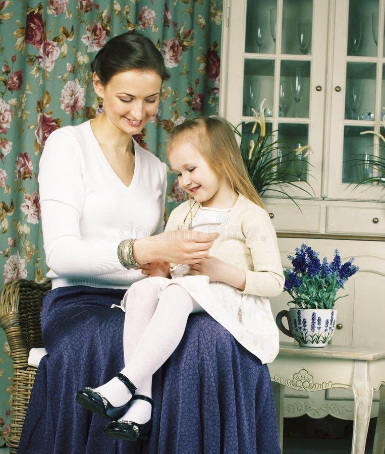 Jonge moeder met dochter bij de binnenlandse wijnoogst van het luxehuis royalty-vrije stock foto