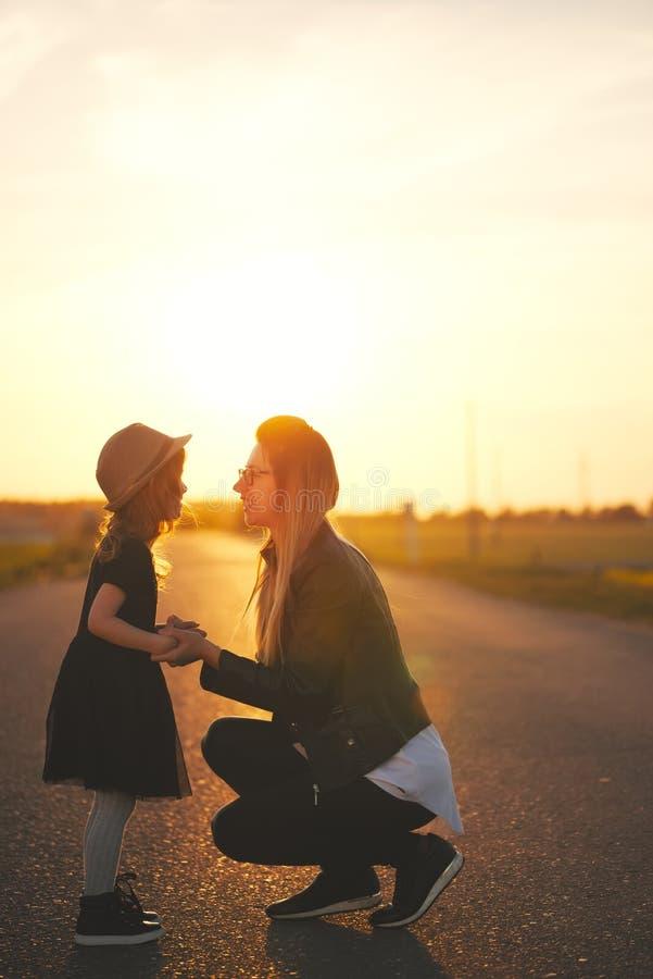 Jonge moeder met dochter op de weg royalty-vrije stock afbeeldingen