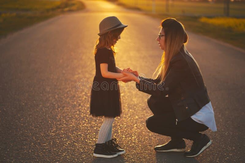 Jonge moeder met dochter op de weg royalty-vrije stock fotografie