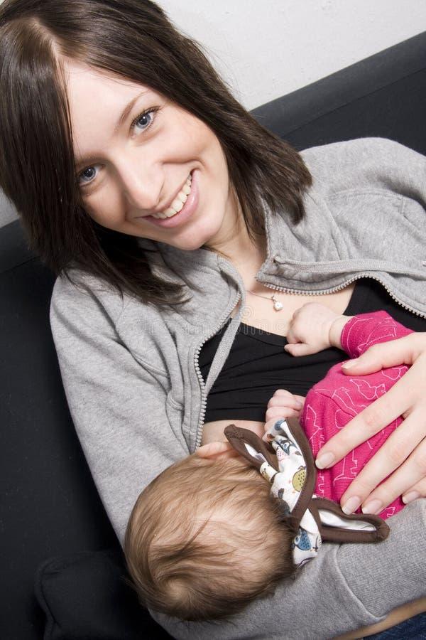 Jonge moeder met haar baby stock afbeelding