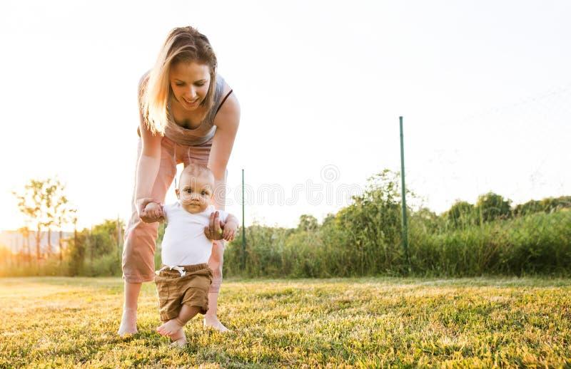 Jonge moeder met haar babyzoon royalty-vrije stock fotografie
