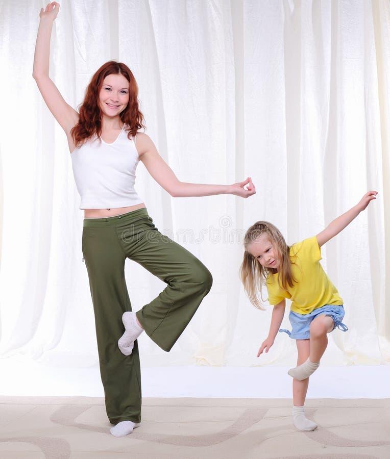 Jonge moeder met haar dochter royalty-vrije stock afbeelding