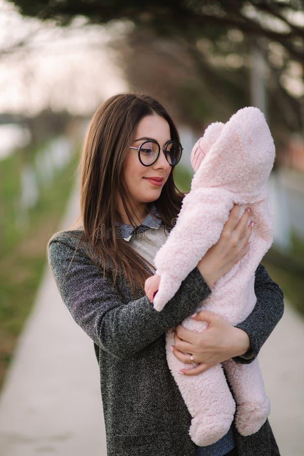 Jonge moeder met haar weinig baby De baby van de mammagreep op handen Gelukkige Familie stock foto's