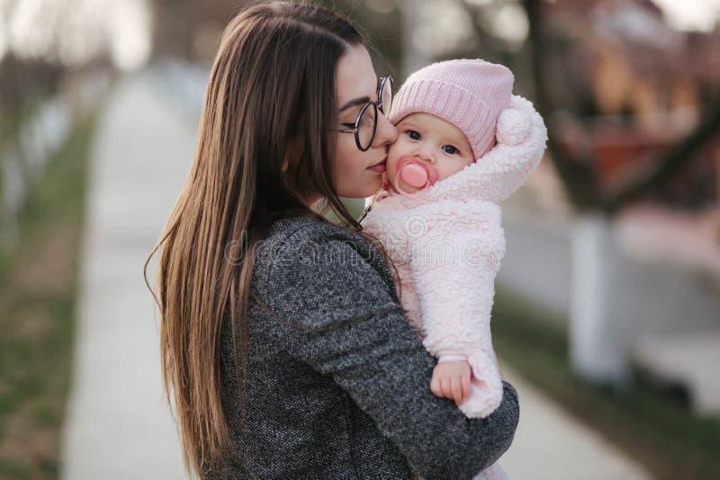 Jonge moeder met haar weinig baby De baby van de mammagreep op handen Gelukkige Familie royalty-vrije stock fotografie