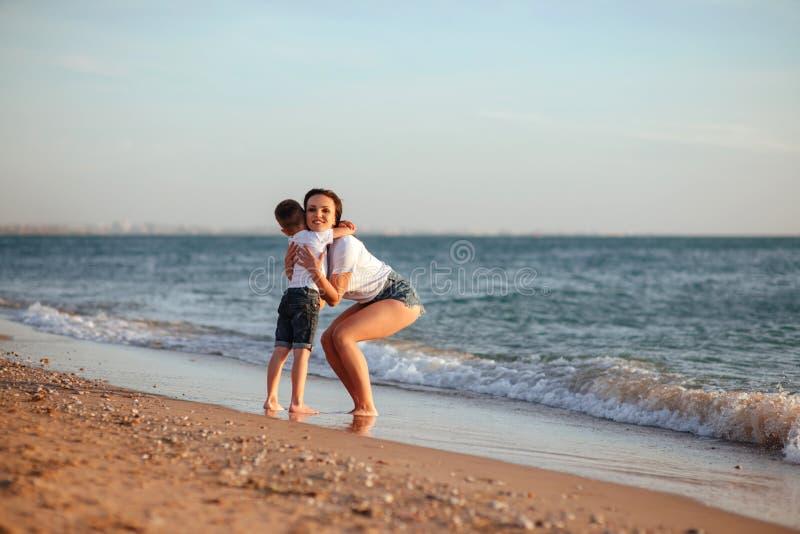 Jonge moeder met zoon in witte T-shirts royalty-vrije stock foto's
