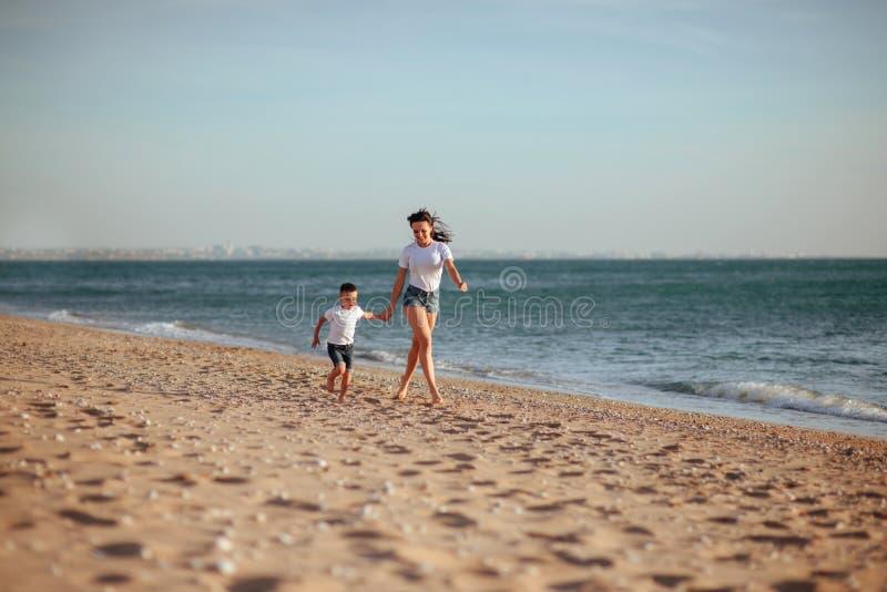 Jonge moeder met zoon in witte T-shirts stock afbeeldingen
