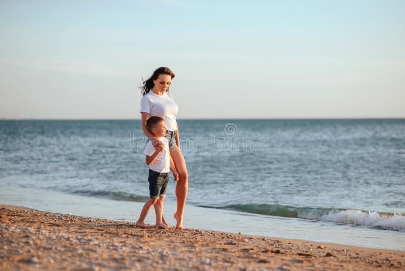 Jonge moeder met zoon in witte T-shirts stock fotografie
