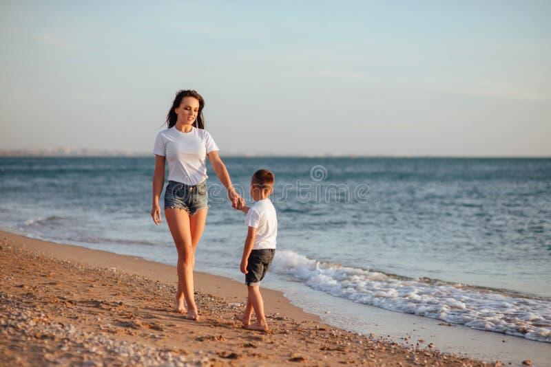 Jonge moeder met zoon in witte T-shirts royalty-vrije stock afbeelding