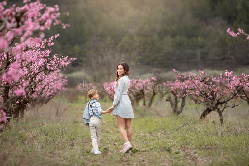 Jonge moedervrouw die van vrije tijd met haar kind van de babyjongen genieten stock foto's