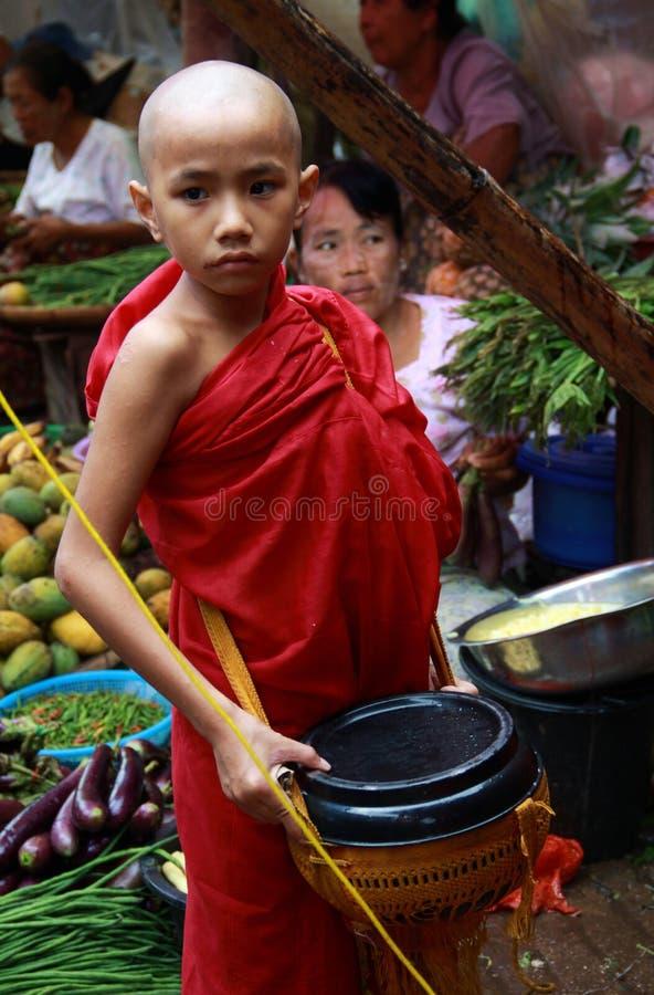 Jonge monnik in een markt in Myanmar royalty-vrije stock foto