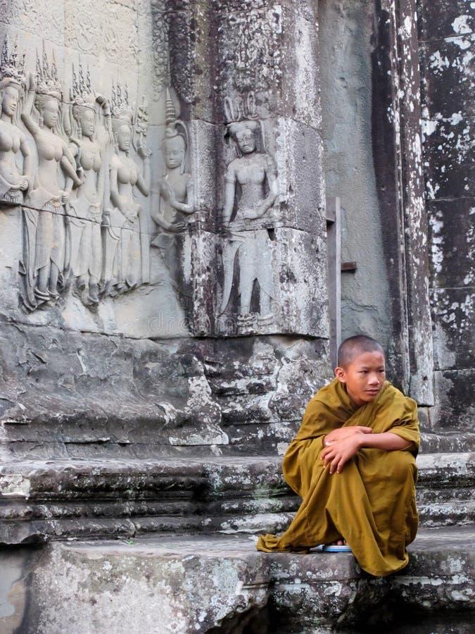 Jonge monnik met peinzende uitdrukking royalty-vrije stock afbeelding