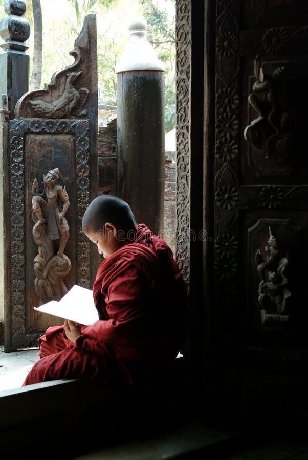 Jonge monniken die een boek lezen bij Shwenandaw-Klooster royalty-vrije stock afbeeldingen